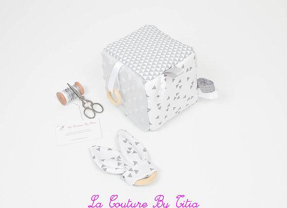 Cube, jeu d'éveil inspiration Montessori minky gris et formes géométriques