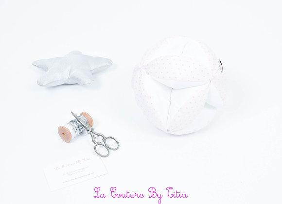 Balle de préhension inspiration Montessori blanc et rose à pois argent