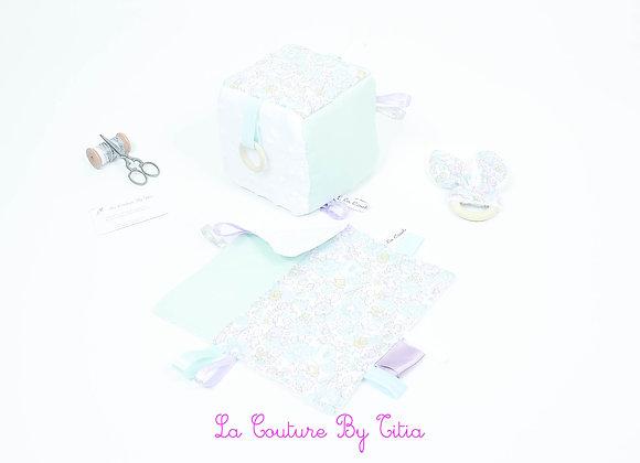 Cube d'éveil inspiration Montessori, hochet et doudou Liberty Betsy celadon
