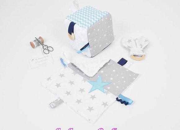 Cube d'éveil inspiration Montessori, hochet et doudou gris et chevron turquoise