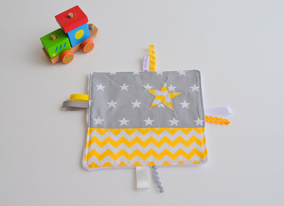 Doudou étiquette gris et étoiles jaune