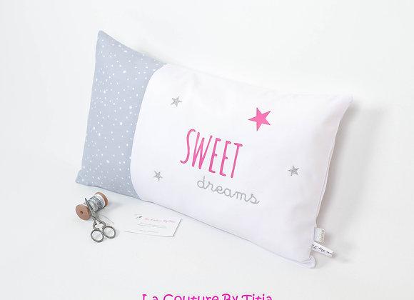 Coussin de décoration chambre bébé gris à pois, blanc, fuchsia et étoiles argent