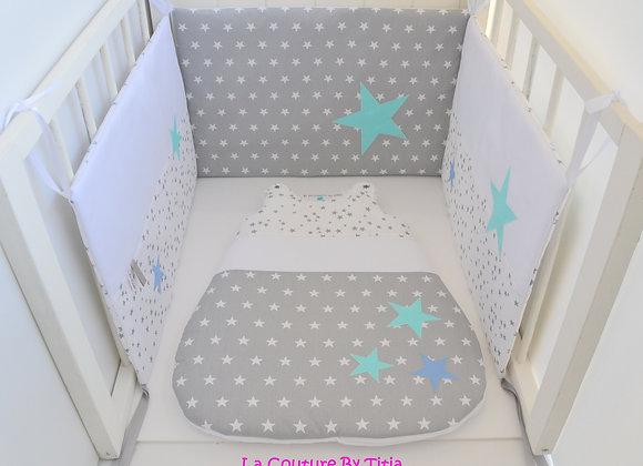 Tour de lit et Gigoteuse blanc gris et étoiles vert et bleu