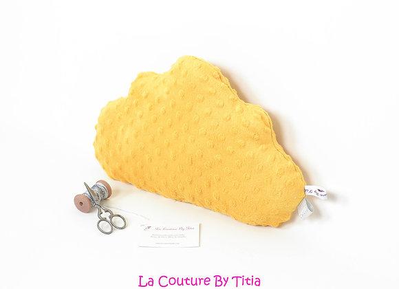 Coussin de décoration de chambre bébé forme nuage en minky jaune moutarde