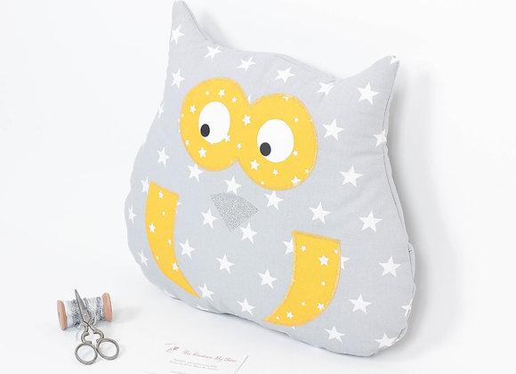 Coussin de décoration de chambre bébé hibou gris étoiles blanc et moutarde