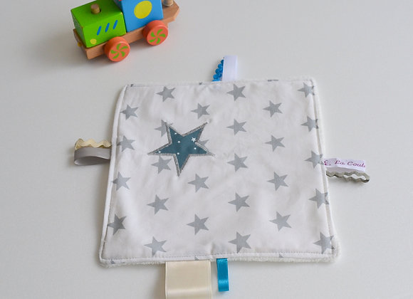 Doudou étiquette blanc gris et étoiles bleu canard