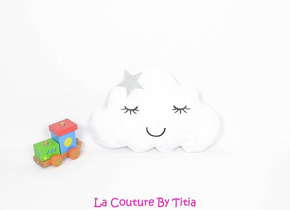 Coussin de décoration chambre bébé en forme de nuage blanc et étoile argent