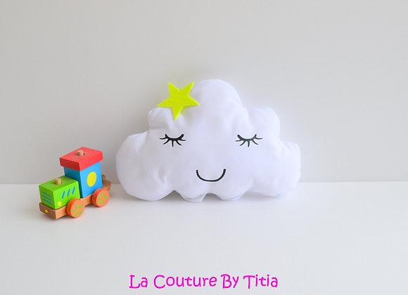 Coussin de décoration chambre bébé en forme de nuage blanc et étoile vert anis
