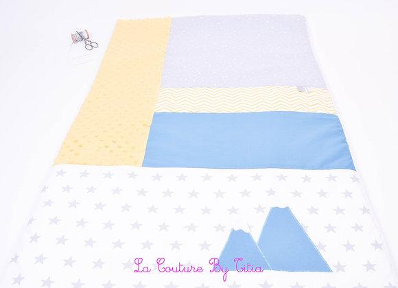 Couverture bébé personnalisable patchwork blanc étoiles gris, et montagne bleu