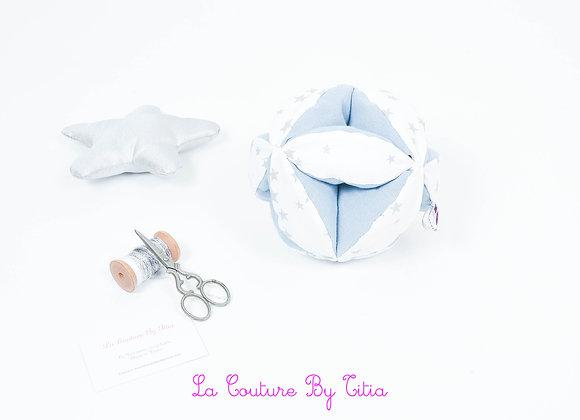 Balle de préhension inspiration Montessori blanc étoiles gris et bleu gris