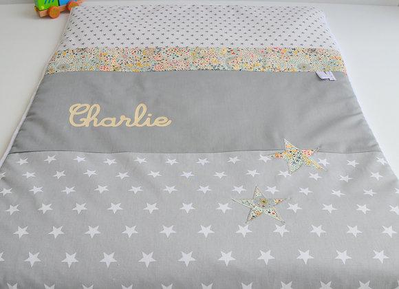 Couverture bébé personnalisable gris étoiles et Liberty Adelajda