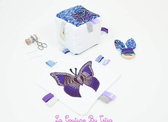 Cube d'éveil inspiration Montessori, hochet et doudou minky blanc et wax bleu