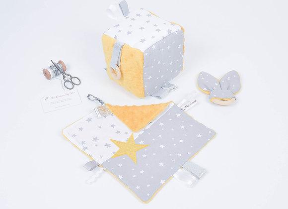 Cube d'éveil inspiration Montessori, hochet et doudou blanc et étoiles moutarde
