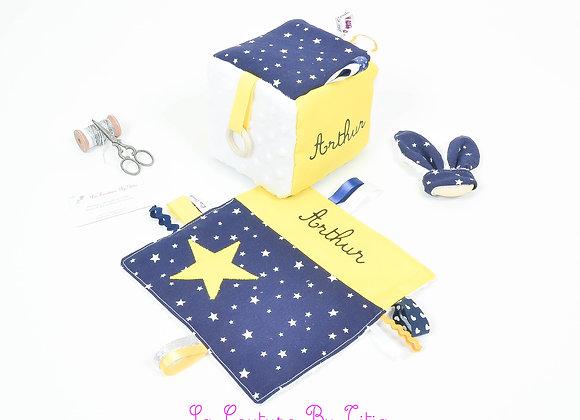 Cube d'éveil inspiration Montessori, hochet et doudou bleu marine et jaune