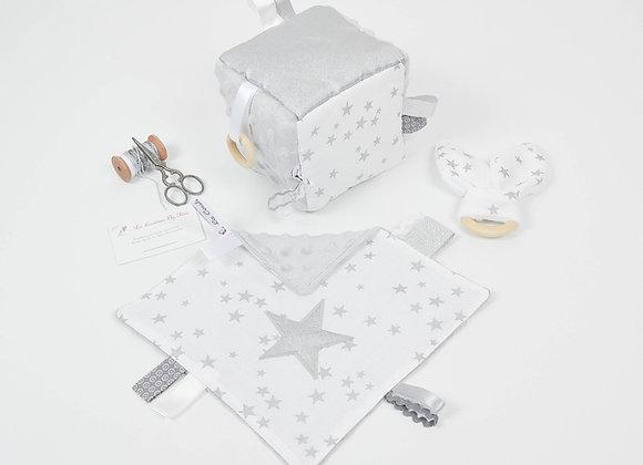 Cube d'éveil inspiration Montessori, hochet et doudou blanc et étoiles argent