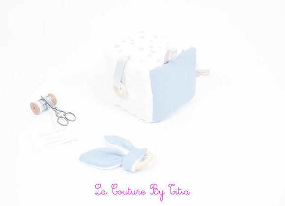 Cube, jeu d'éveil inspiration Montessori minky blanc, gris bleu et blanc étoiles