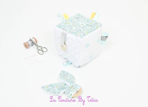 Cube, jeu d'éveil inspiration Montessori minky blanc et Liberty betsy lemon