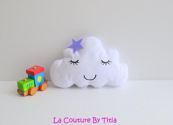 Coussin de décoration chambre bébé en forme de nuage blanc et étoile parme