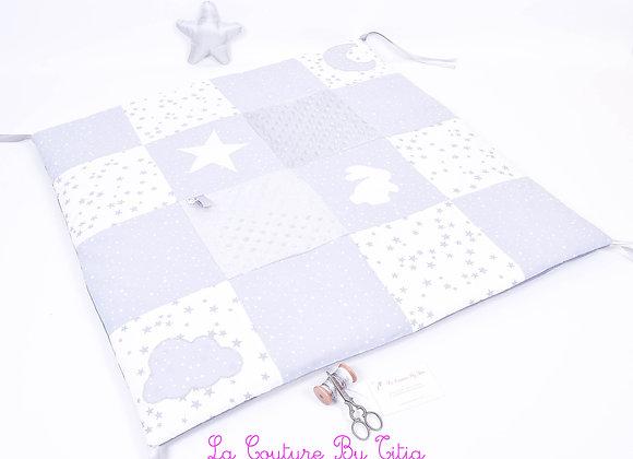 Fond de parc, tapis d'éveil patchwork blanc étoiles gris, lapin et minky gris