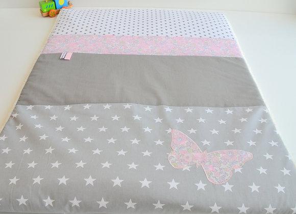 Couverture bébé personnalisable gris étoiles et papillon Liberty Mitsi rose