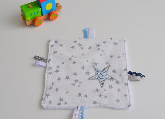 Doudou étiquette blanc gris et étoiles Liberty Adelajda bleu