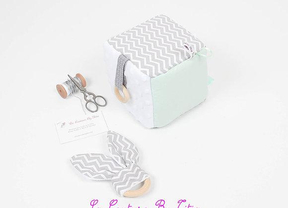 Cube, jeu d'éveil inspiration Montessori minky blanc, vert et chevron gris