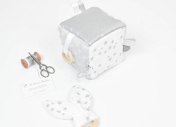 Cube, jeu d'éveil inspiration Montessori minky gris, étoiles blanc et argent