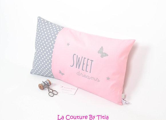 Coussin de décoration chambre bébé gris à pois, rose et papillons argent