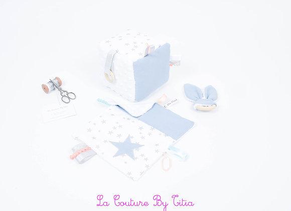 Cube d'éveil inspiration Montessori, hochet et doudou bleu gris et blanc étoiles