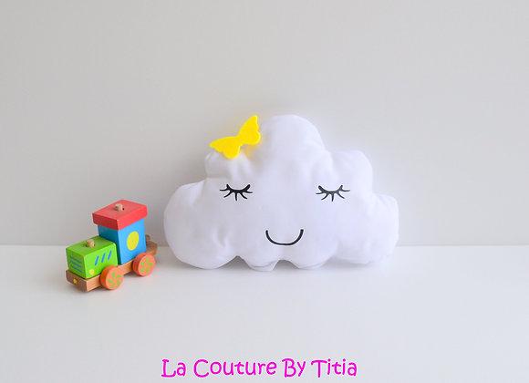 Coussin de décoration chambre bébé en forme de nuage blanc et étoile jaune