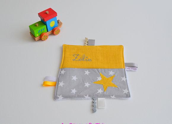 Doudou étiquette gris et étoiles moutarde
