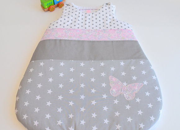 Turbulette gigoteuse gris étoiles et papillon Liberty Mitsi rose buvard