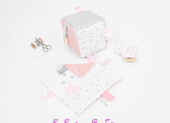 Cube d'éveil inspiration Montessori, hochet et doudou minky rose et argent
