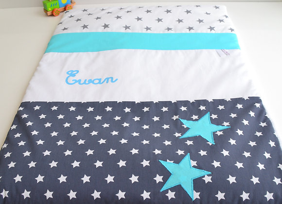 Couverture bébé personnalisable bleu marine, blanc et étoiles turquoise