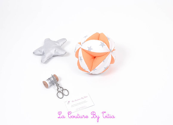 Balle de préhension inspiration Montessori blanc étoiles gris et orange