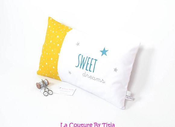 Coussin de décoration chambre bébé moutarde, bleu, blanc et étoiles argent