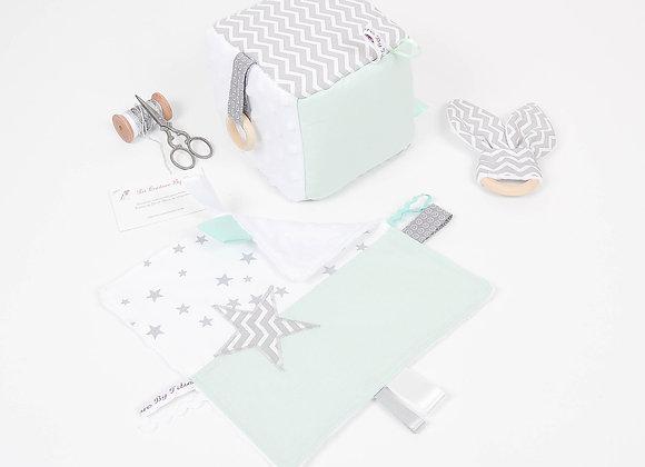 Cube d'éveil inspiration Montessori, hochet et doudou vert d'eau et chevron gris