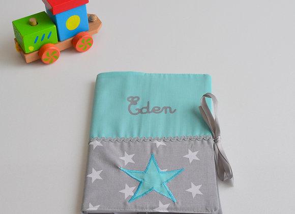 Protège carnet de santé avec prénom étoiles gris et vert d'eau