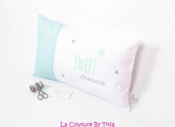 Coussin de décoration chambre bébé vert menthe, blanc et étoiles argent