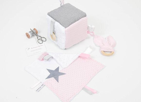 Cube d'éveil inspiration Montessori, hochet et doudou minky, rose à pois argent