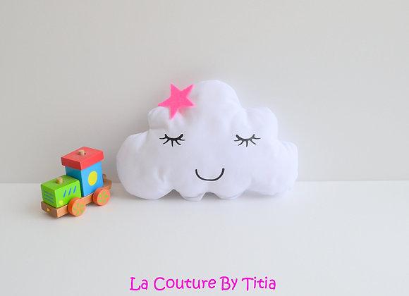 Coussin de décoration chambre bébé en forme de nuage blanc et étoile fuchsia
