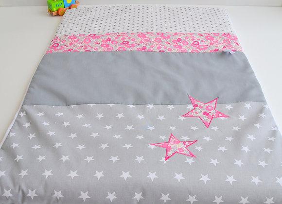 Couverture bébé personnalisable gris et étoiles Liberty Betsy rose