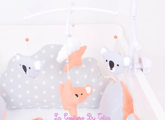 Mobile musical bébé koala gris, orange et nuage en minky blanc