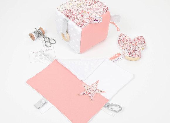 Cube d'éveil inspiration Montessori, hochet et doudou Liberty Adelajda corail