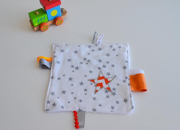 Doudou étiquette blanc gris et étoiles chevron orange