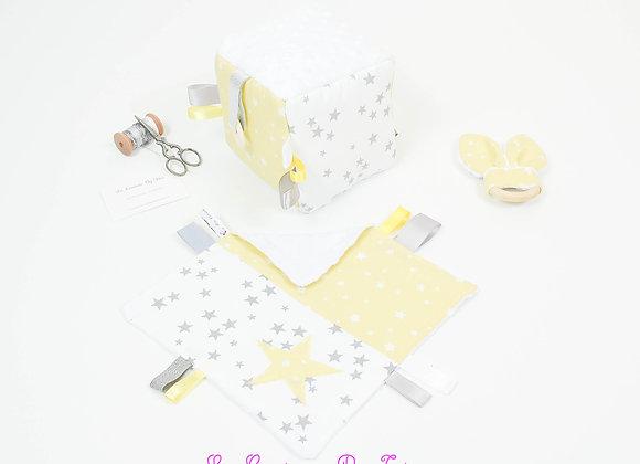 Cube d'éveil inspiration Montessori, hochet et doudou pluie d'étoiles jaune