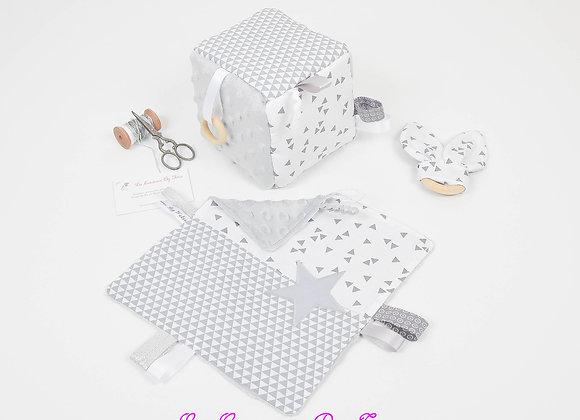 Cube d'éveil inspiration Montessori, hochet et doudou minky gris, géométriques
