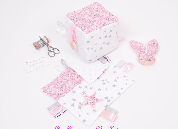 Cube d'éveil inspiration Montessori, hochet et doudou Liberty Mitsi fraise