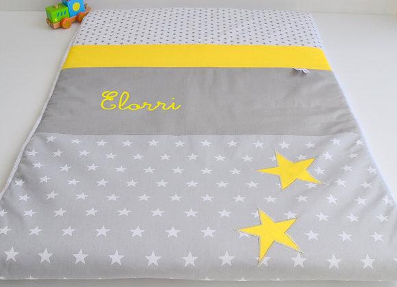 Couverture bébé personnalisable gris à étoiles et papillon jaune