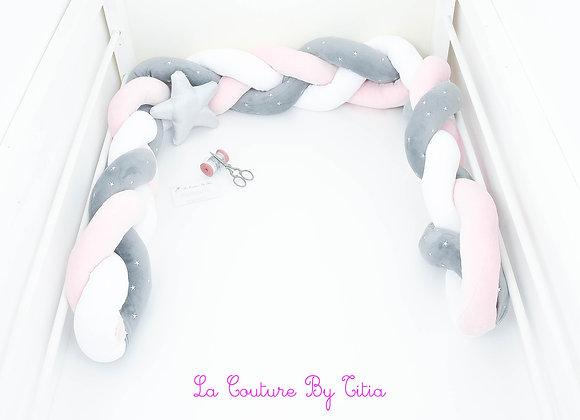 Tour de Lit tressé, pare chocs bébé blanc, rose pâle et gris étoiles argent